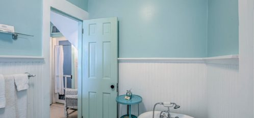 Daydream Room   Bath with view of door